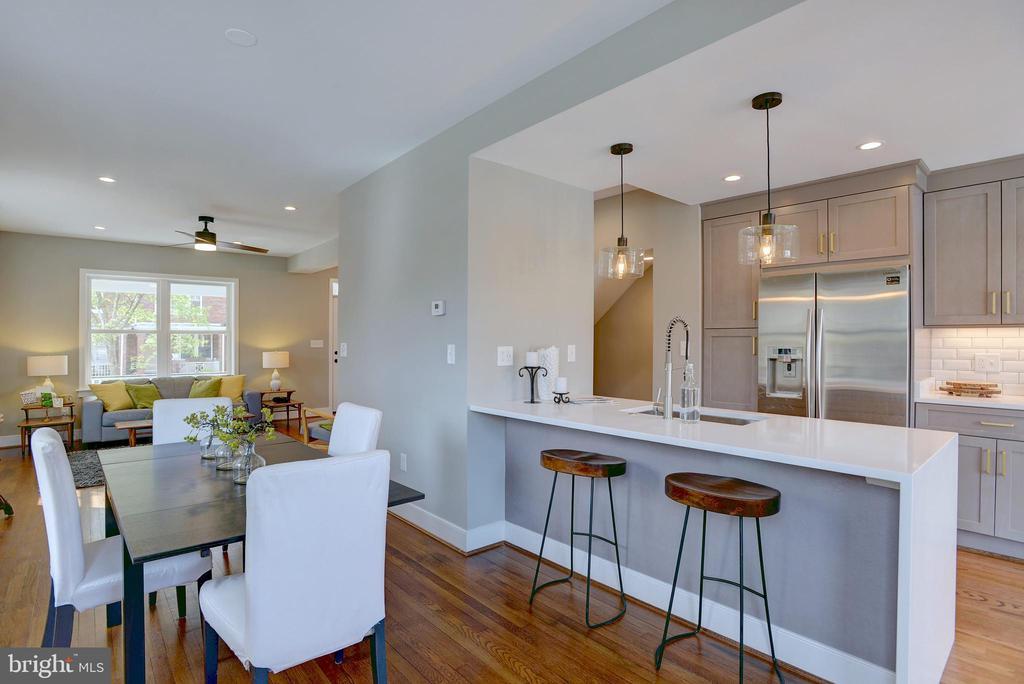 Gorgeous and spacious open plan living - 415 23RD PL NE, WASHINGTON