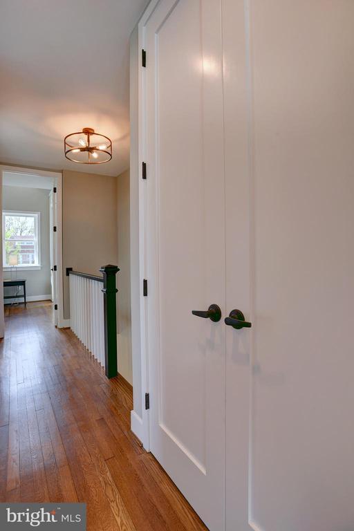 Upper level features enhanced ceiling height - 415 23RD PL NE, WASHINGTON