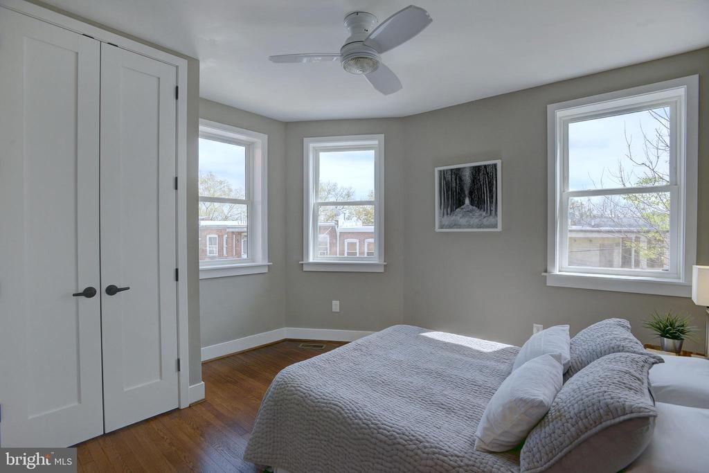 Second well-proportioned bedroom w/ a large closet - 415 23RD PL NE, WASHINGTON