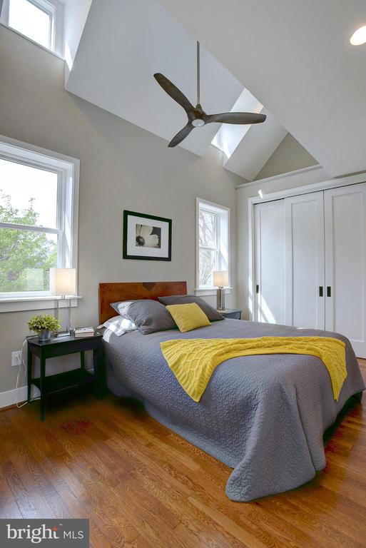 Vaulted ceilings add to the ideal dimensions - 415 23RD PL NE, WASHINGTON