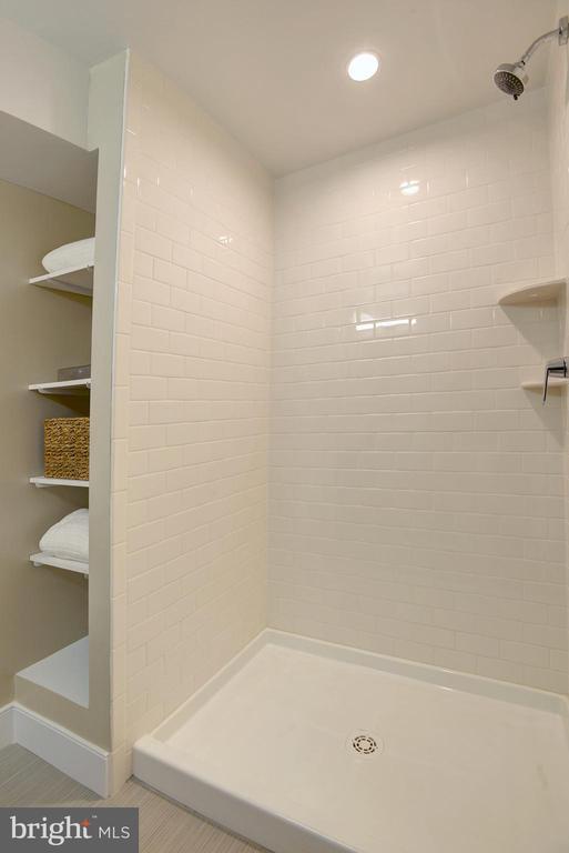 LL full bath shower with storage - 415 23RD PL NE, WASHINGTON