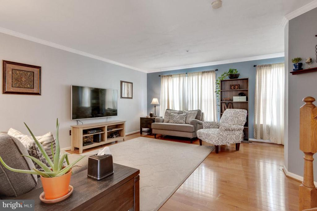 Large living room area with hardwood floors - 111 SENTRY RDG, SMITHSBURG