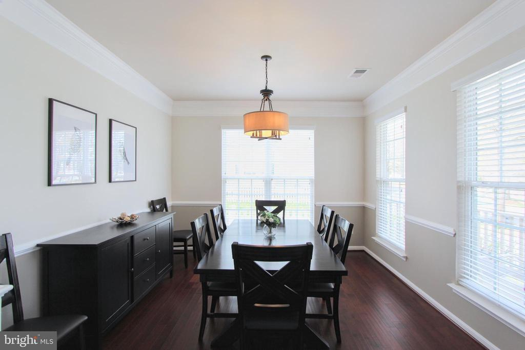 Dining room with beautiful trim - 20413 BOWFONDS ST, ASHBURN