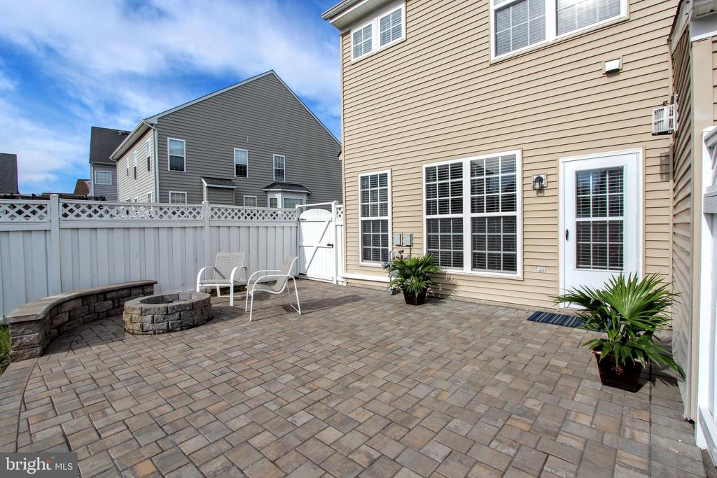 Patio with built-in fire pit and seating - 20413 BOWFONDS ST, ASHBURN