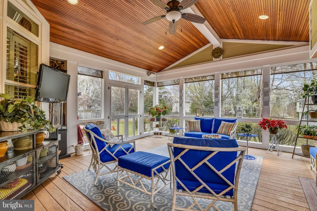 FABULOUS SUNROOM WITH CEILING FAN AND TV - 2017 WOODFORD RD, VIENNA