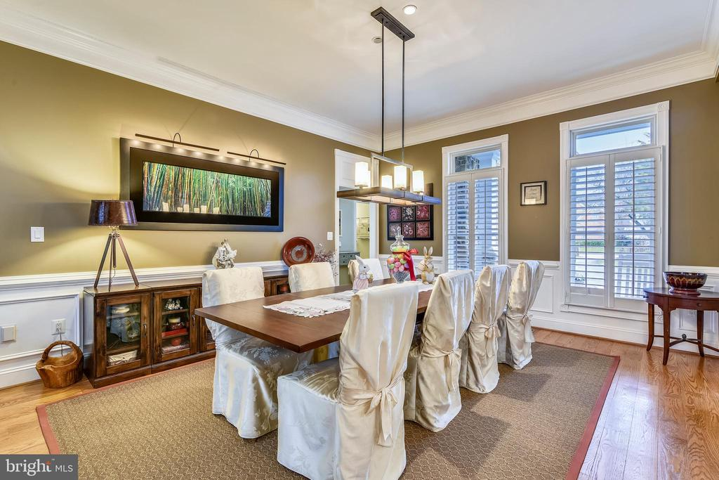 DINING ROOM PERFECT FOR FORMAL ENTERTAINMENT - 2017 WOODFORD RD, VIENNA