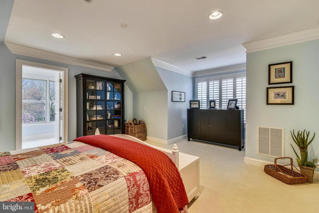 GUEST BEDROOM WITH ADJOINING BATH - 2017 WOODFORD RD, VIENNA