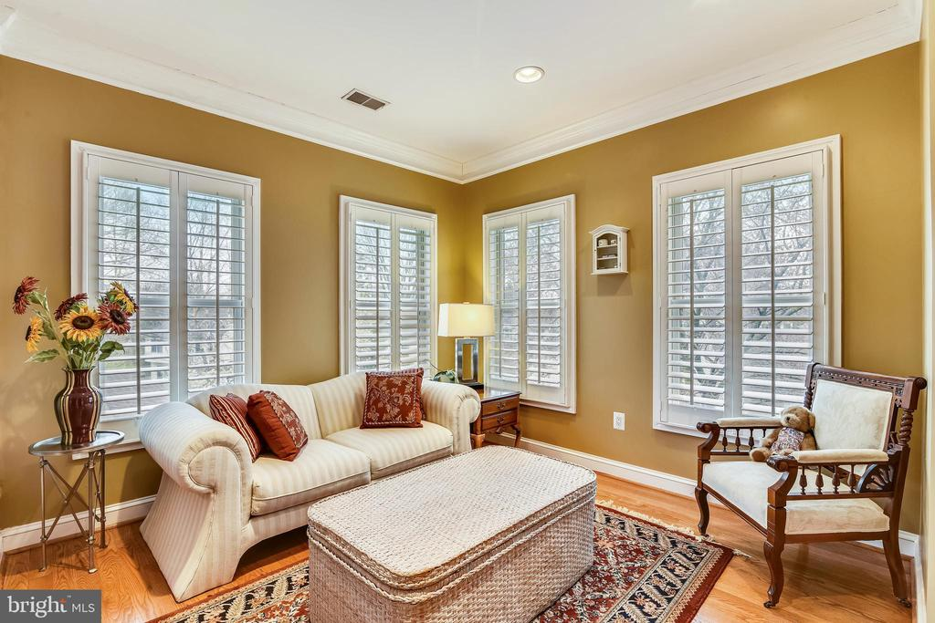 STEP DOWN TO GLASS ENCLOSED SITTING ROOM - 2017 WOODFORD RD, VIENNA
