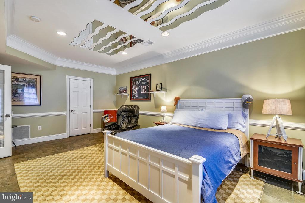 VIEW OF THE FIFTH BEDROOM - 2017 WOODFORD RD, VIENNA