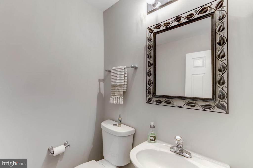 Main floor half bath - 42848 CROWFOOT CT, ASHBURN