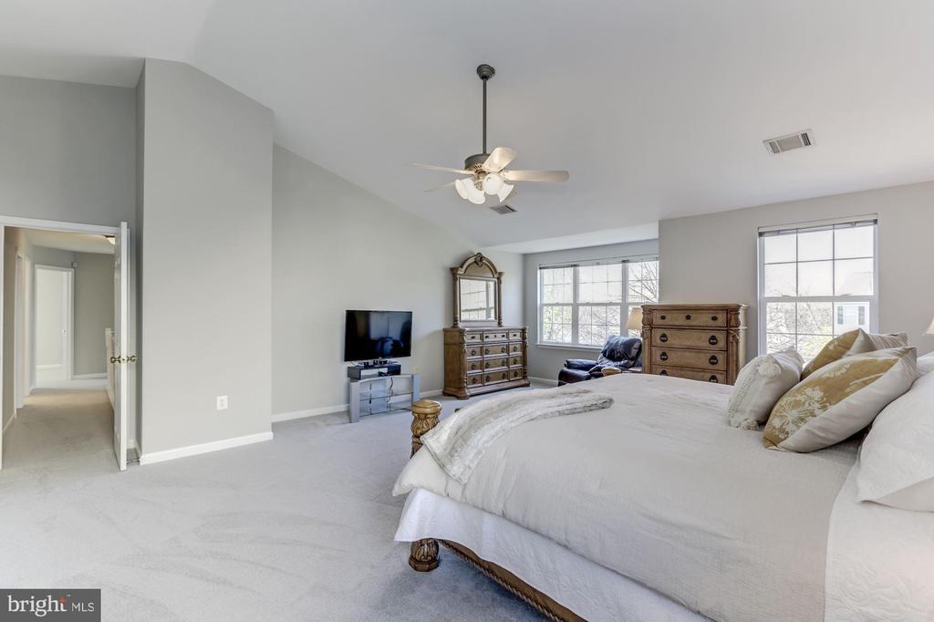 Sitting area in master bedroom - 42848 CROWFOOT CT, ASHBURN
