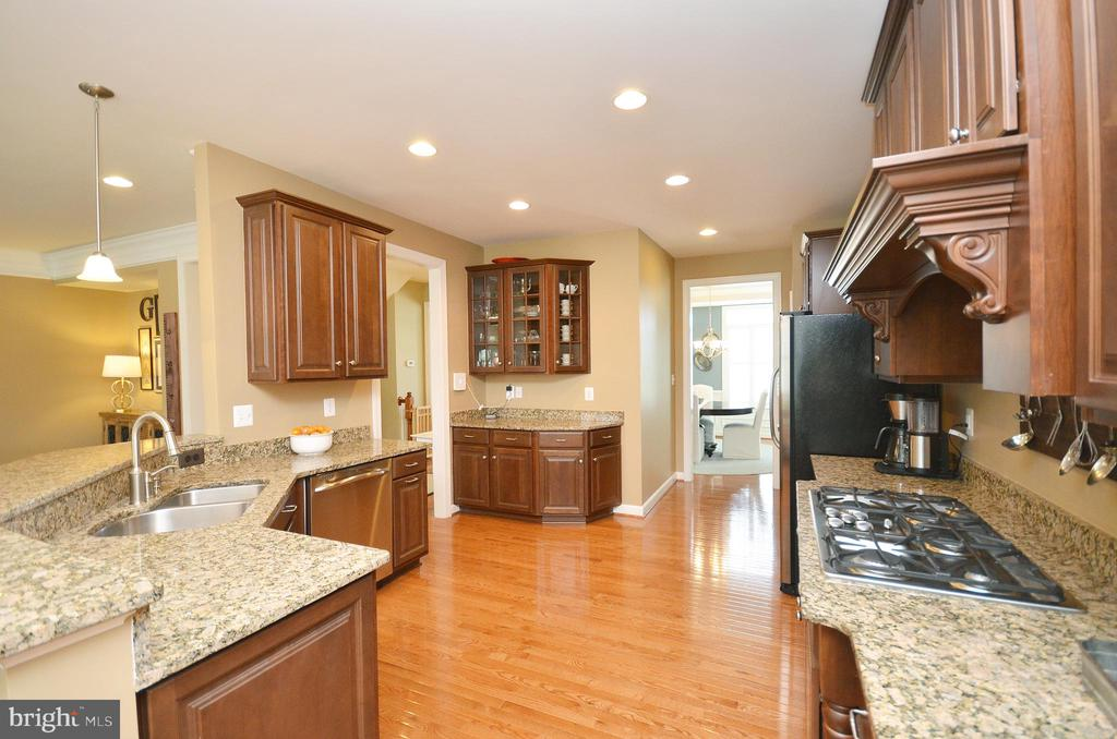 Large Gourmet Kitchen - 25035 AVONLEA DR, CHANTILLY