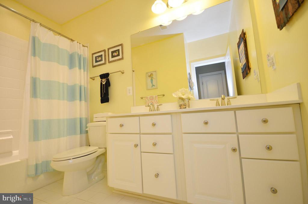 Upper Level Full Bathroom - 25035 AVONLEA DR, CHANTILLY