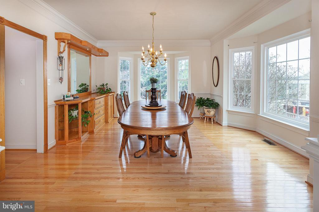 Fit a XL table in this sunny Dining Rm w/builtins - 20377 WATER VALLEY CT, STERLING