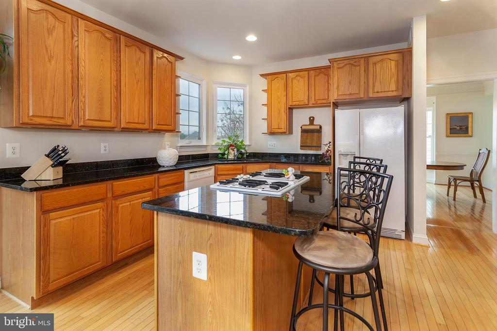 Tons of cabinets & solid finishes! - 20377 WATER VALLEY CT, STERLING