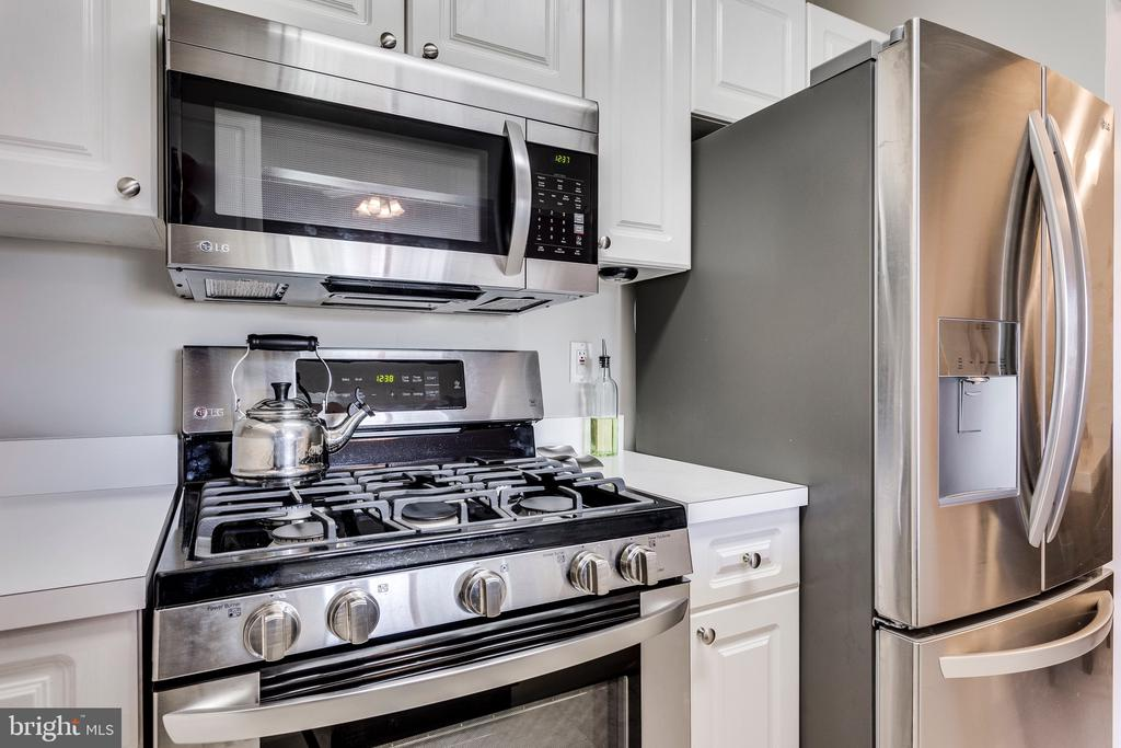 Brand new SS stove, fridge & microwave - 20281 BEECHWOOD TER #302, ASHBURN