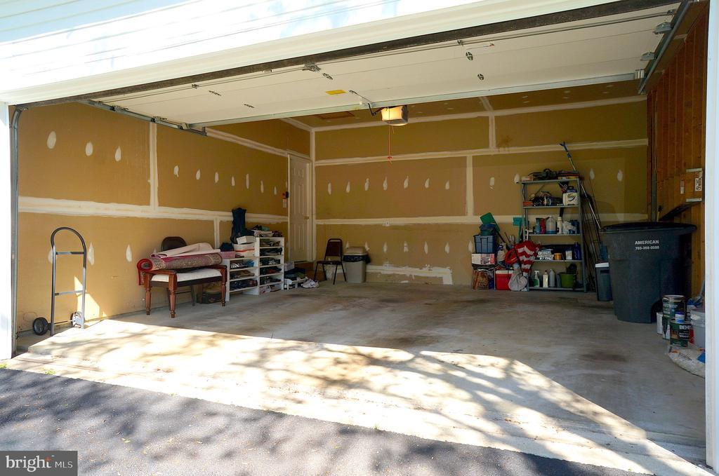 Garage (20'x20') with 11' Ceiling & Attic Access - 11 WESTBROOK LN, STAFFORD