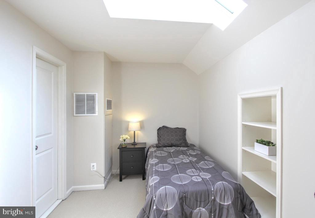 Guest room with skylight and en suite bath - 20413 BOWFONDS ST, ASHBURN