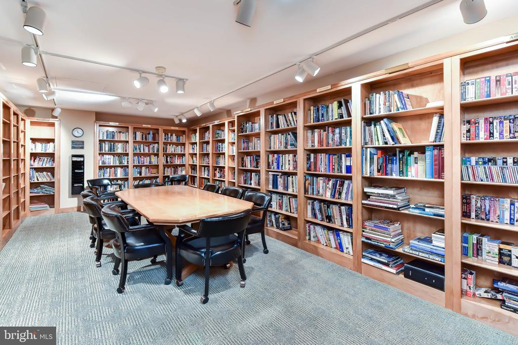 Well stocked Library - 1800 OLD MEADOW RD #606, MCLEAN