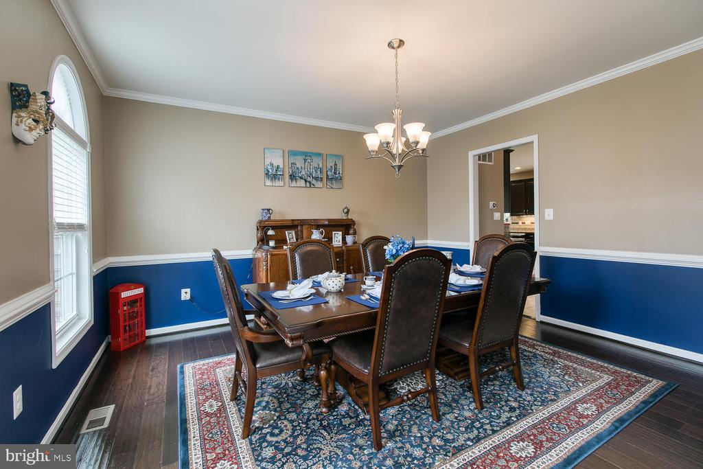 Chair molding in formal dining room - 145 DONOVAN LN, STAFFORD