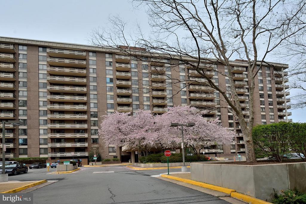 Front of Building - 1808 OLD MEADOW RD #1114, MCLEAN
