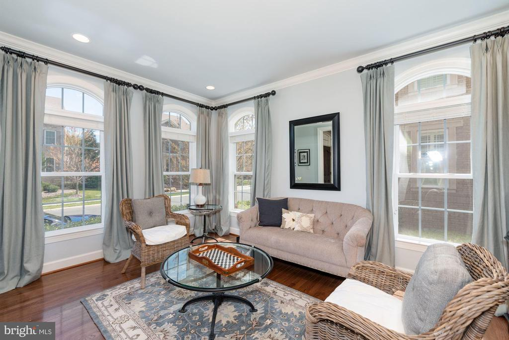 Light-filled sitting room - 23013 OLYMPIA DR, ASHBURN