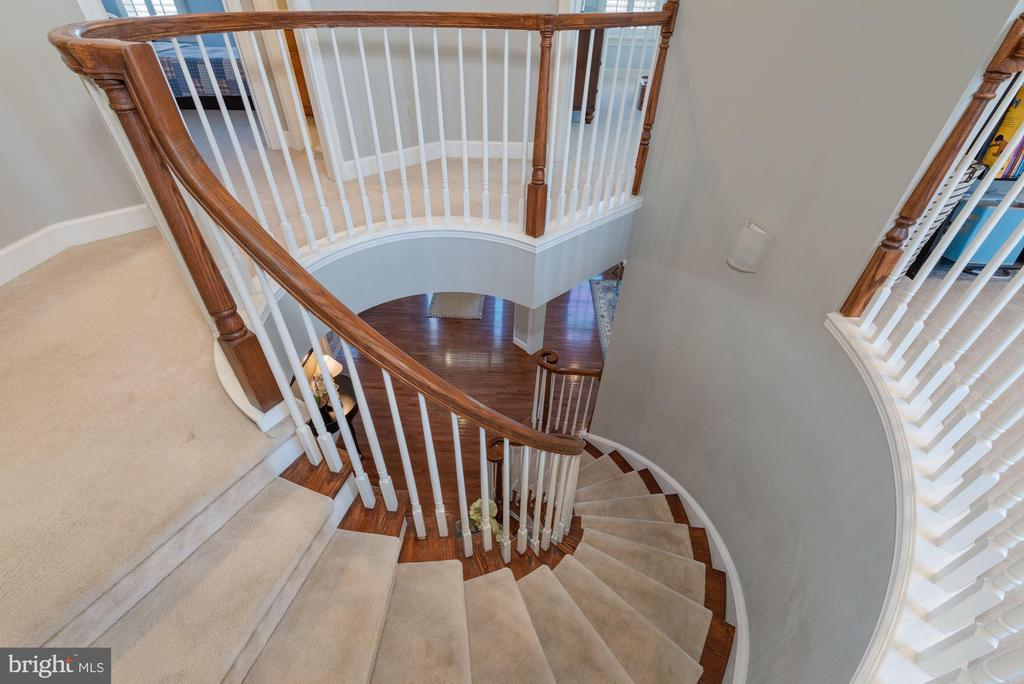 Spiral staircase - 23013 OLYMPIA DR, ASHBURN