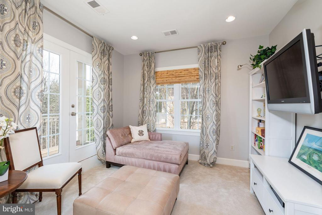 Master sitting room w/ balcony overlooking yard - 23013 OLYMPIA DR, ASHBURN