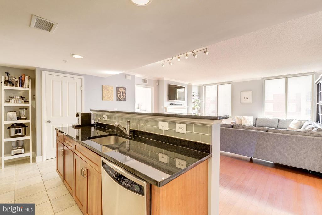 Kitchen island overlooking the living room - 1220 N FILLMORE ST #708, ARLINGTON