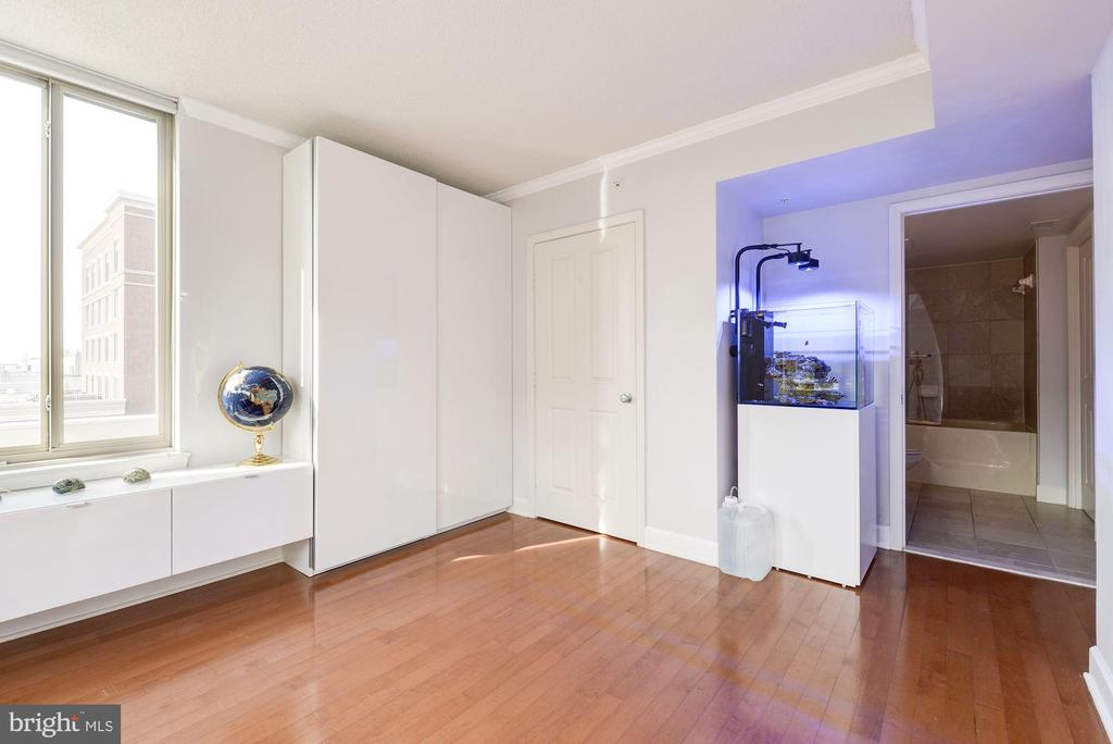 Second bedroom with modern built-ins - 1220 N FILLMORE ST #708, ARLINGTON