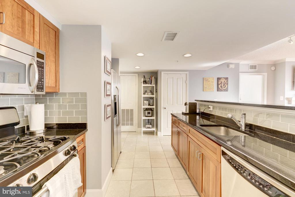 Kitchen with gas cooking - 1220 N FILLMORE ST #708, ARLINGTON