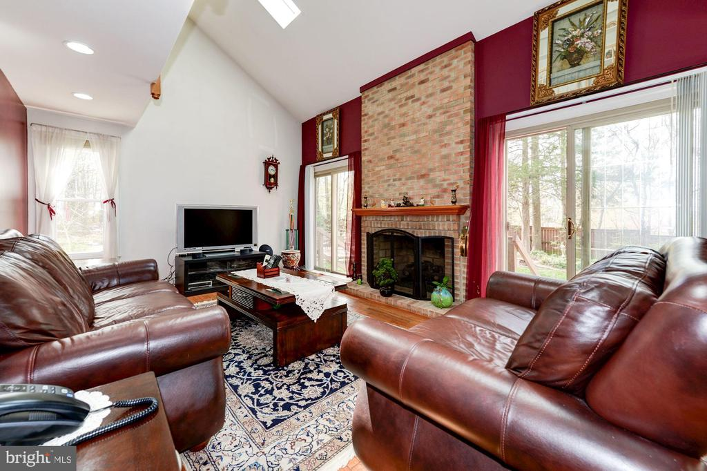 Family Room with Skylights - 5608 CAVALIER WOODS LN, CLIFTON