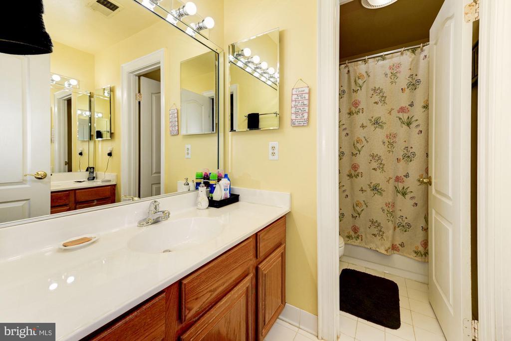 Upper hallway Bathroom - 5608 CAVALIER WOODS LN, CLIFTON