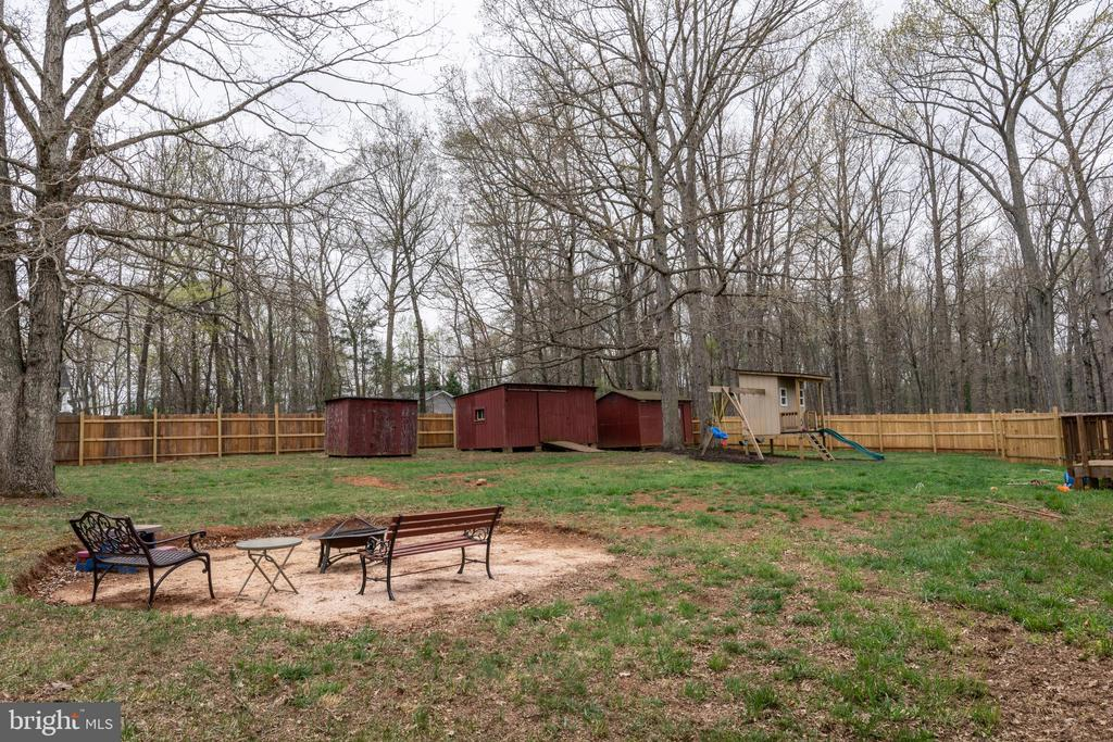 Large Fenced Back Yard - Perfect Place to Relax! - 7187 COVINGTONS CORNER RD, BEALETON