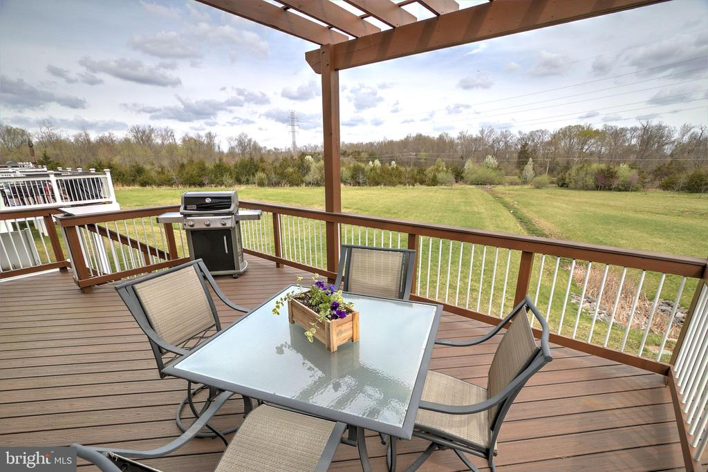 Trex Deck with Pergola - 44396 FOXTHOM TER, ASHBURN