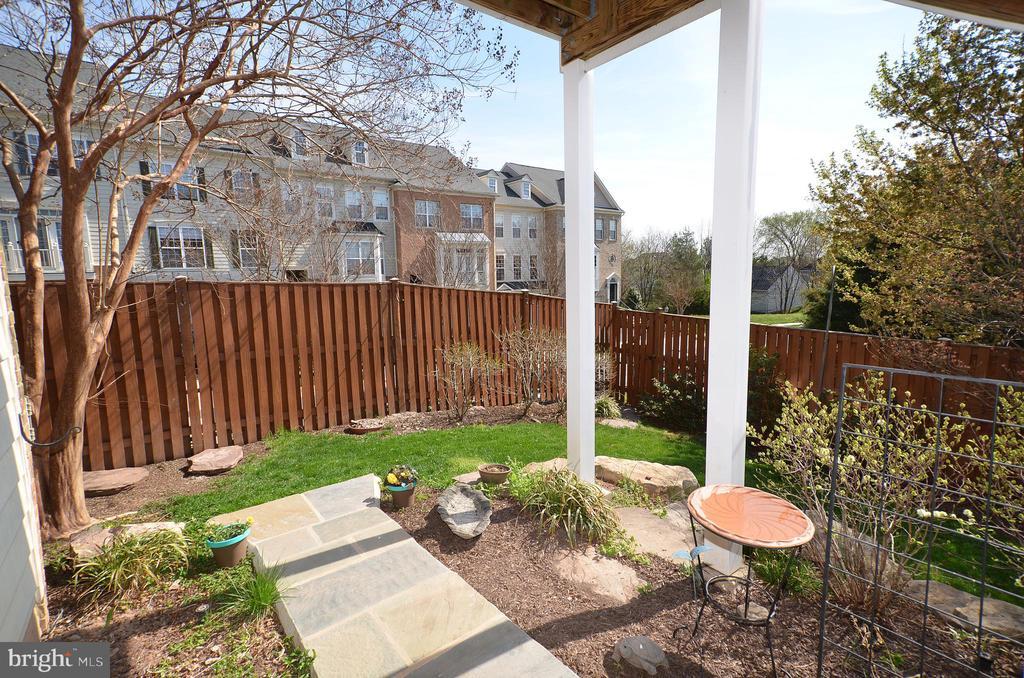 Fenced in yard, flagstone patio - 19082 PILEATED TER, LEESBURG