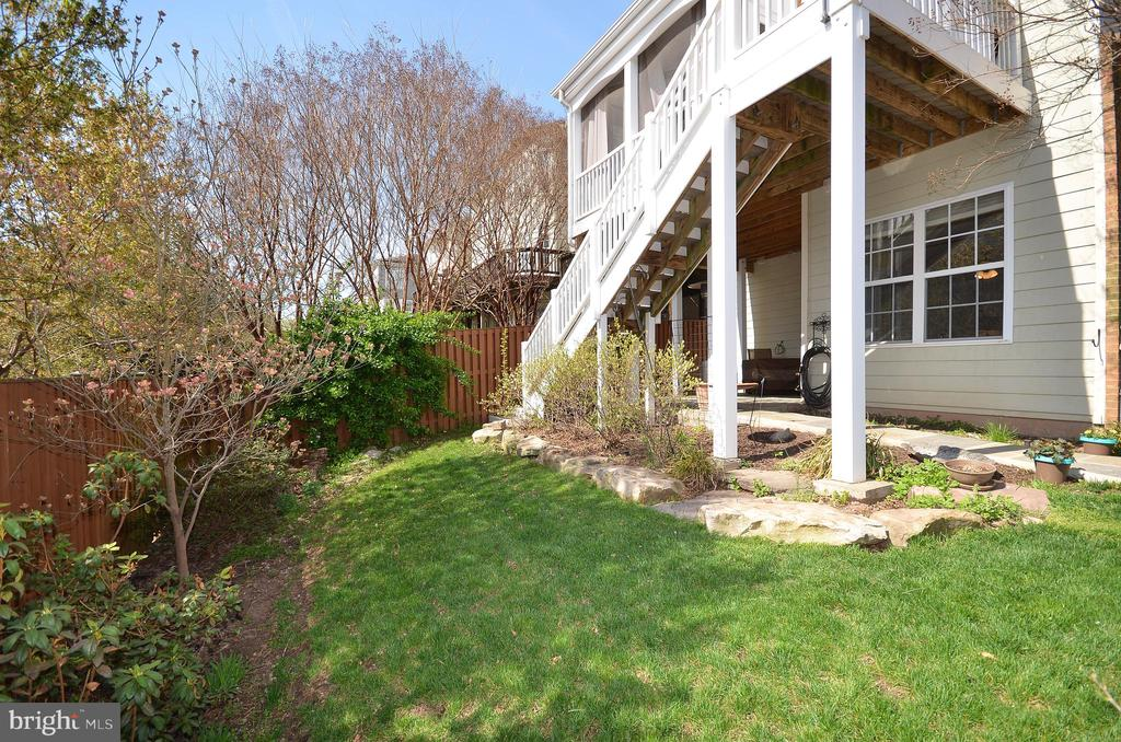 Fenced in yard with flagstone patio - 19082 PILEATED TER, LEESBURG