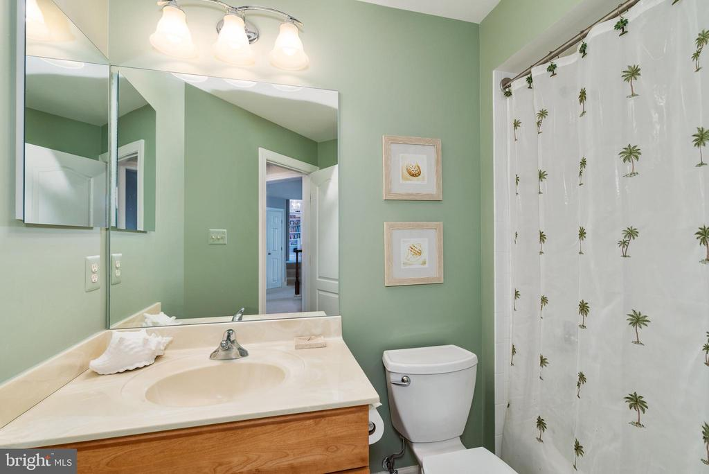 Private bath off bedroom - 23013 OLYMPIA DR, ASHBURN
