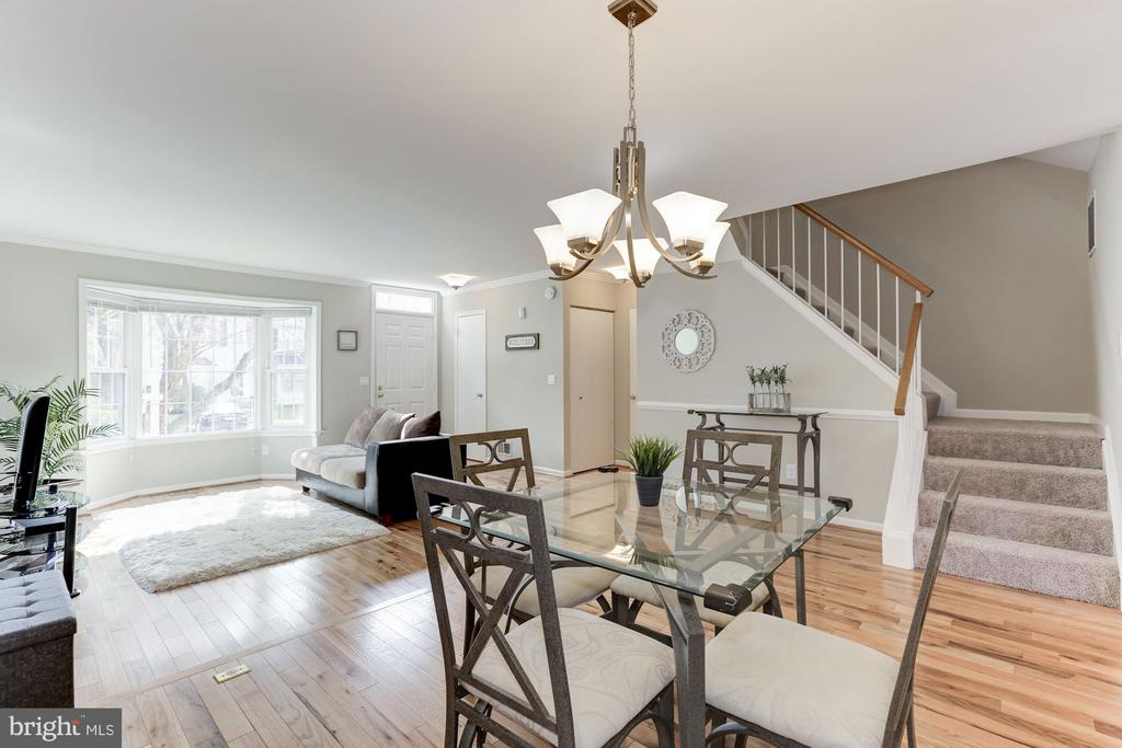 Bright dining room with stairs - 14111 BETSY ROSS LN, CENTREVILLE