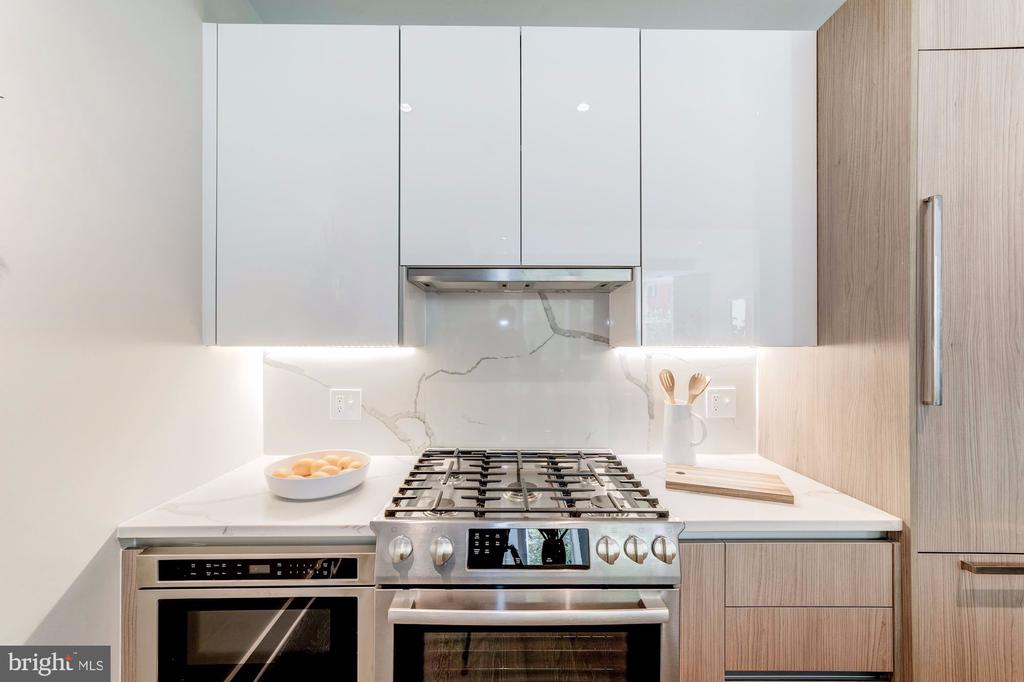 Gourmet kitchen with gas cooking - 1745 N ST NW #210, WASHINGTON