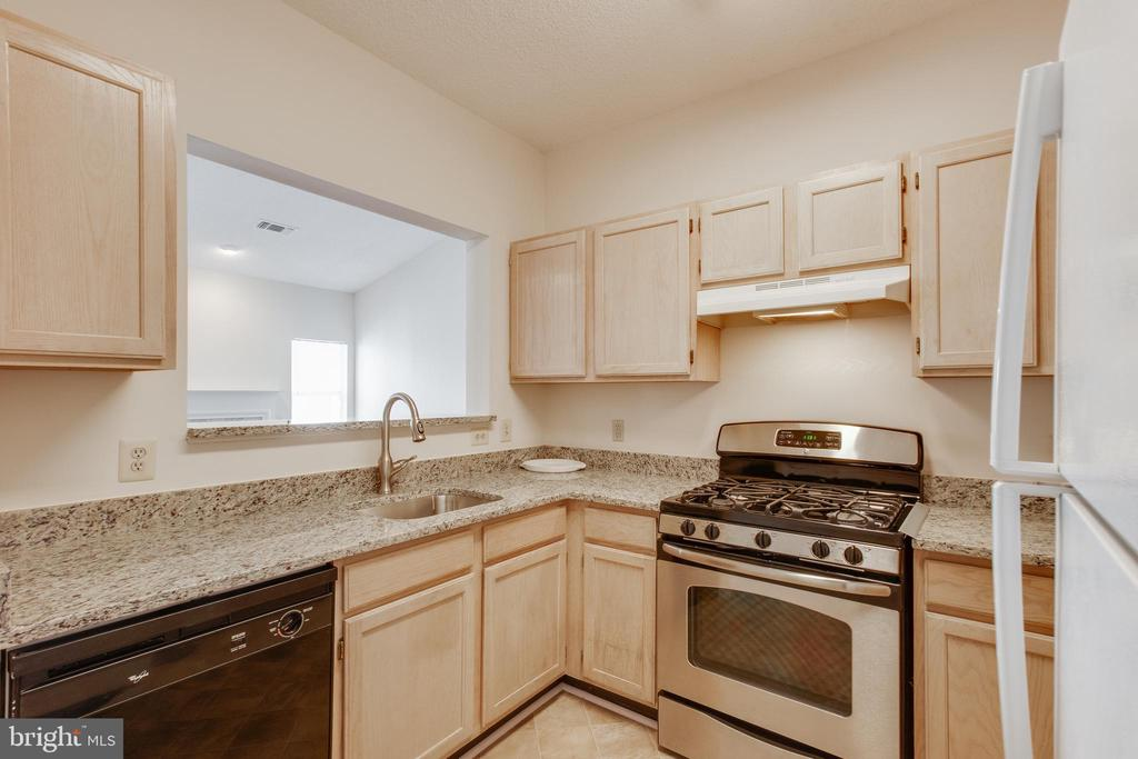 Kitchen overlooks family room - 1716 LAKE SHORE CREST DR #35, RESTON