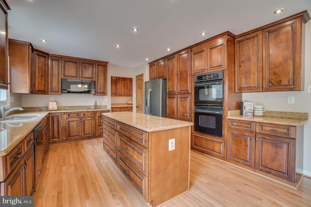 Custom Cherry Cabinets - 3091 WOODS COVE LN, WOODBRIDGE