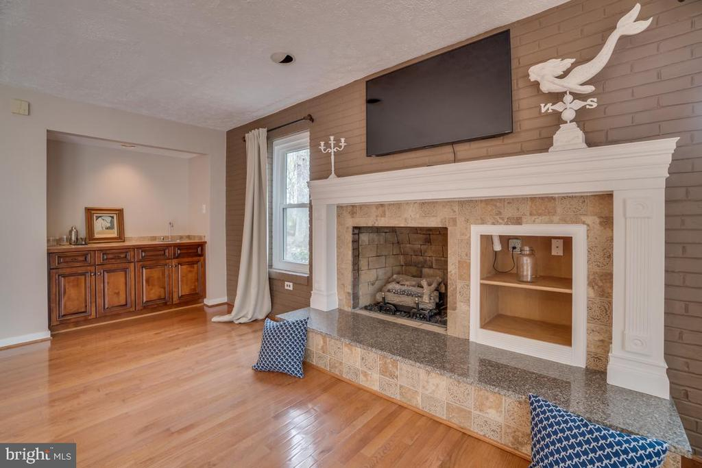 Bar and Gas Fireplace in Family Room - 3091 WOODS COVE LN, WOODBRIDGE