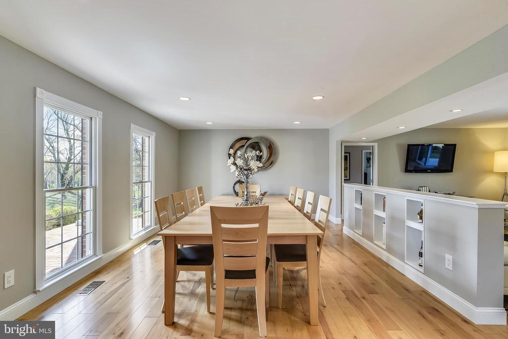 Dining room has space to seat a large group - 7608 MANOR HOUSE DR, FAIRFAX STATION
