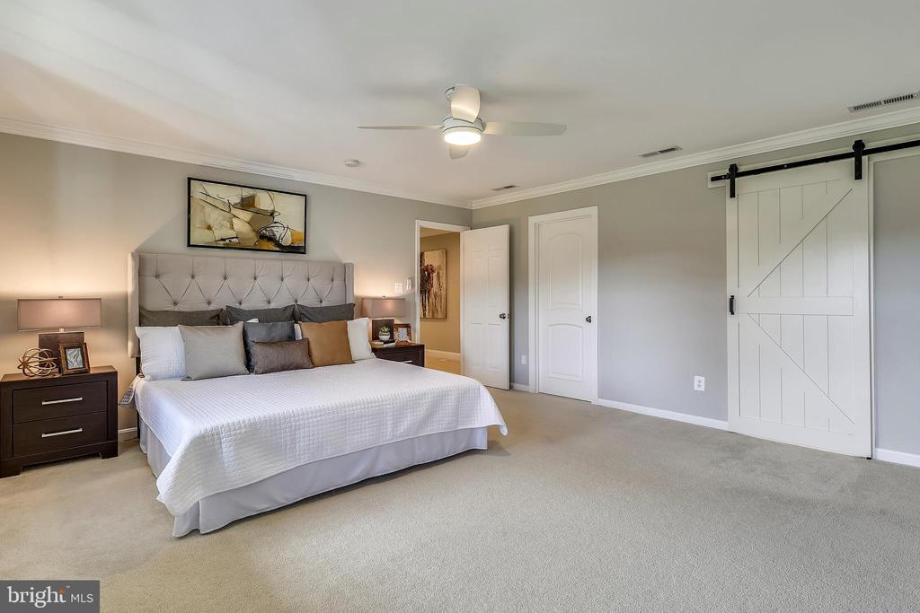 Calm, spacious master bedroom - 7608 MANOR HOUSE DR, FAIRFAX STATION