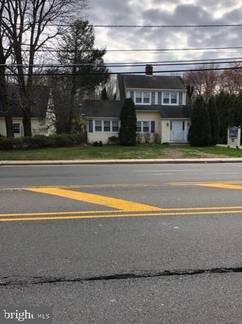 Vente au détail pour l Vente à 1808-10 MOUNT HOLLY Road Burlington, New Jersey 08016 États-Unis