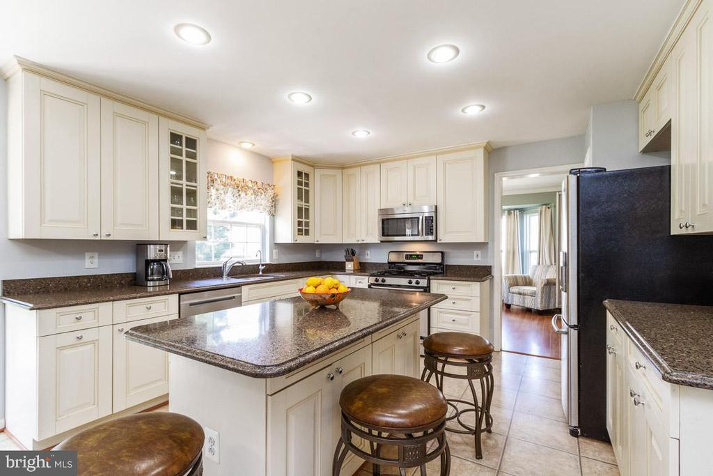 Kitchen island - 20691 POMEROY CT, ASHBURN