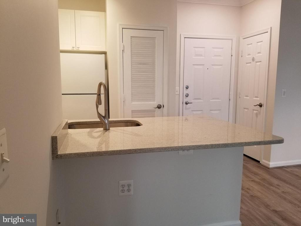 Large island ..great for entertaining - 2791 CENTERBORO DR #185, VIENNA