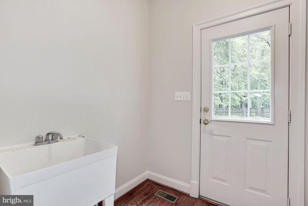 Main level Mud/Laundry Room with door to deck - 1211 RESTON AVE, HERNDON