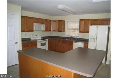 Kitchen with island bar - 424 YORKTOWN, LOCUST GROVE